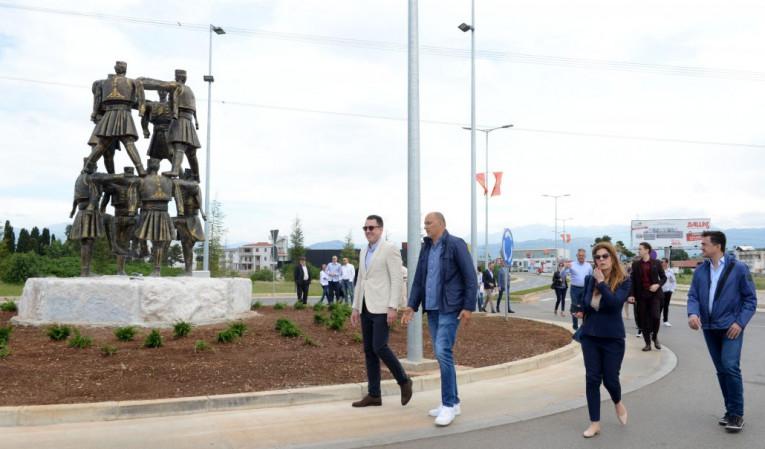 Spomenik Oro Na Bulevaru 21 Maj Simbolizuje Slobodu A Iznice Iz